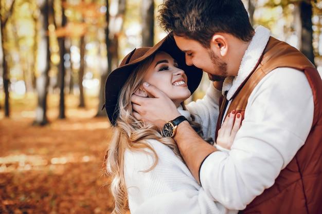 Elegancka para w słonecznym parku jesienią