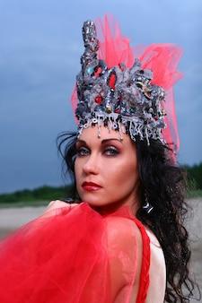 Elegancka piękna kobieta z koroną