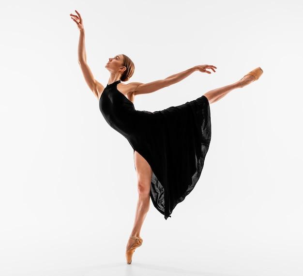 Elegancka pozycja baleriny w pełnym ujęciu
