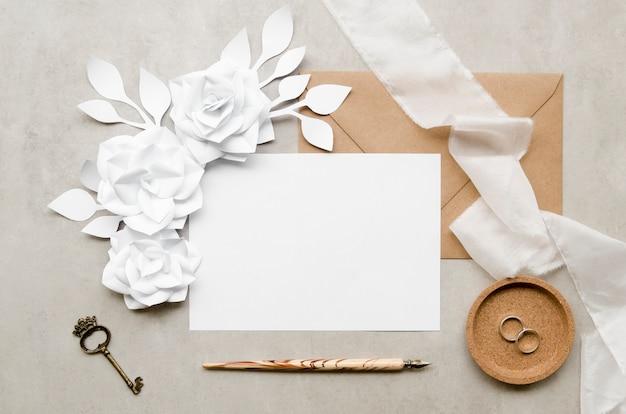 Elegancka pusta karta z papierowymi kwiatami
