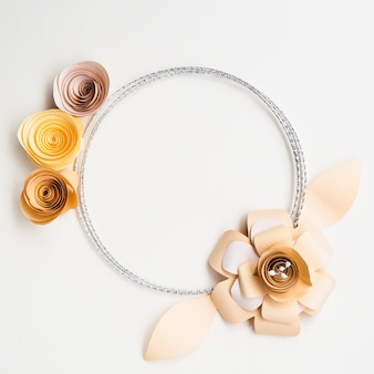Elegancka ramka z papierowych kwiatów