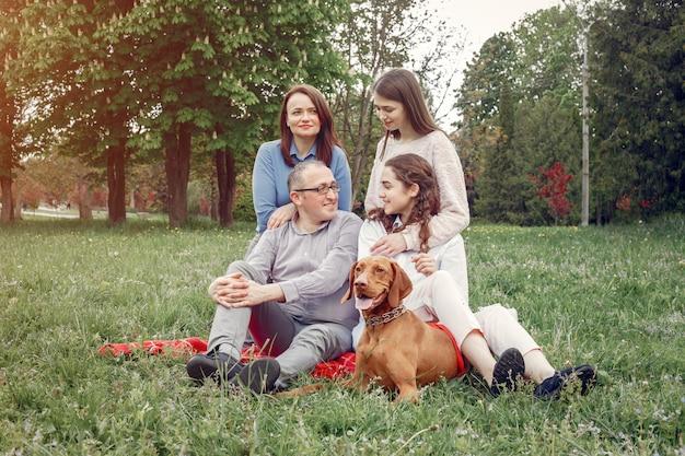 Elegancka rodzina spędza czas w letnim parku