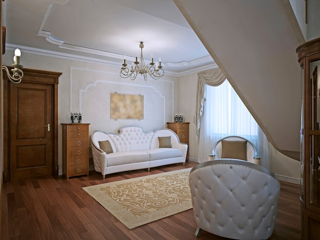 Elegancka sofa w salonie z gzymsami i klasycznymi meblami z drewnianymi wykończeniami po obu stronach sofy.