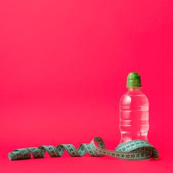 Elegancka sportowa kompozycja z butelką wody