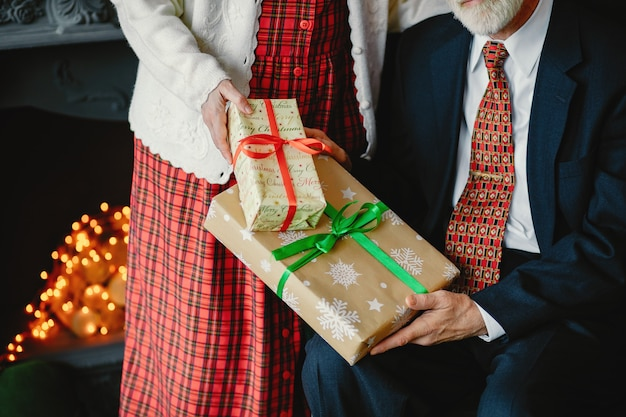 Elegancka stara para świętuje boże narodzenie