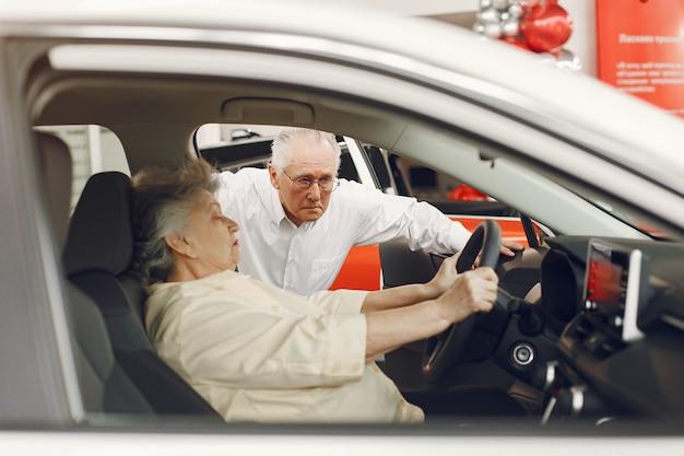 Elegancka stara para w samochodowym salonie