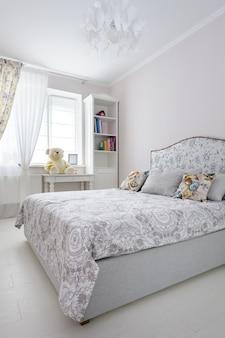 Elegancka sypialnia w delikatnych jasnych kolorach