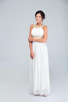 Elegancka szczęśliwa kobieta w białej sukni