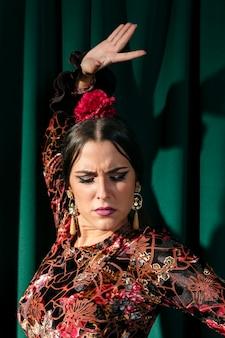Elegancka tancerka flamenca z zamkniętymi oczami