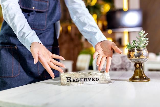 Elegancka usługa nakrywania stołu restauracyjnego do odbioru z zastrzeżoną kartą. restauracja zarezerwowany znak tabeli