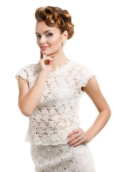 Elegancka uśmiechnięta kobieta z włosy na bielu.