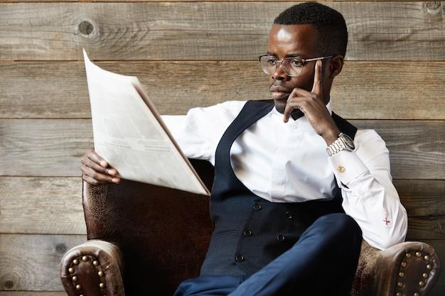 Elegancki biznesmen czytanie gazety