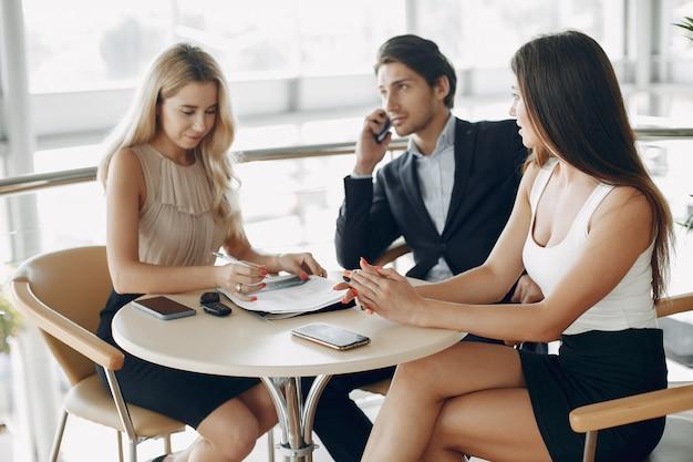 Elegancki biznesmen pracuje w biurze