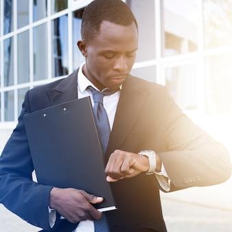 Elegancki biznesmen sprawdzania czasu