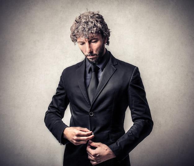 Elegancki biznesmen w czarnym garniturze