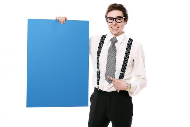 Elegancki biznesmen z pustym billboardem