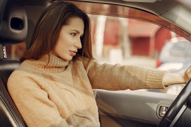 Elegancki bizneswomanu obsiadanie w samochodzie