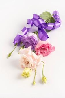 Elegancki bukiet kwiatów eustoma z liliową wstążką