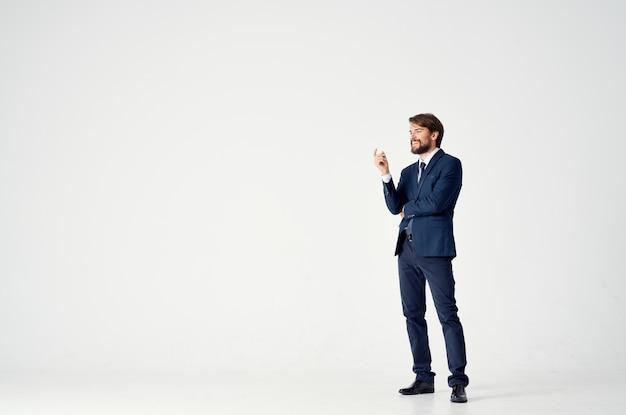 Elegancki facet w klasycznym garniturze i gestykulacji rękami biznes finanse
