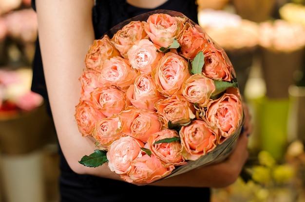 Elegancki i piękny bukiet delikatnych kwiatów