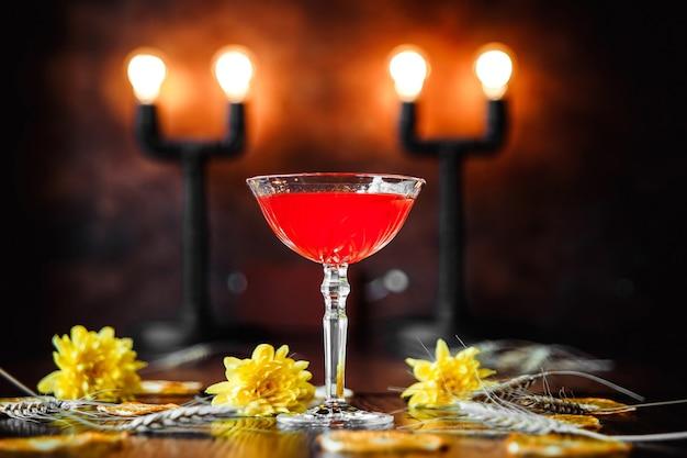 Elegancki koktajl jagodowy na zdobionym tle