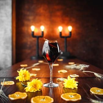 Elegancki koktajl z czerwonego wina na urządzonym stole