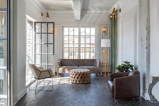 Elegancki, luksusowy pokój gościnny ze staromodnymi antykami