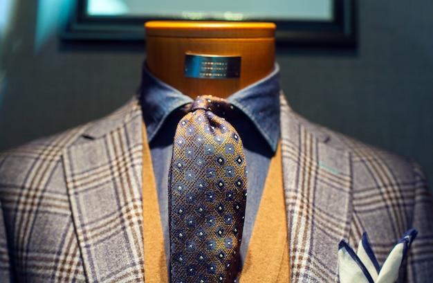 Elegancki męski garnitur na wystawie detalicznej manekinów sklepowych