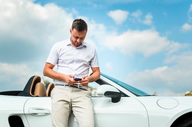 Elegancki mężczyzna patrzeje telefonu frontowego widok