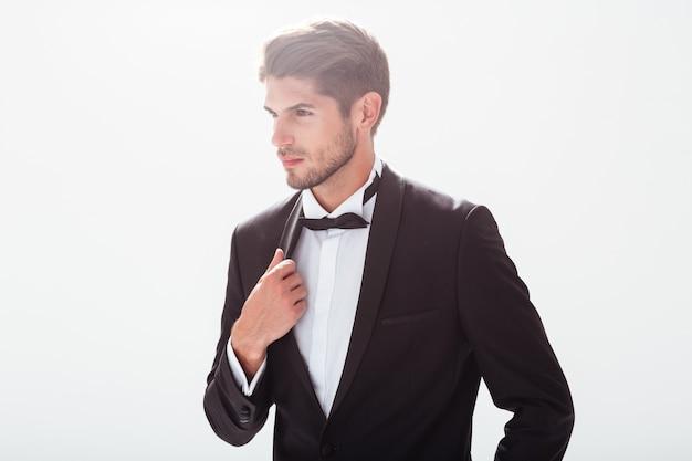 Elegancki mężczyzna w garniturze. odwracając wzrok