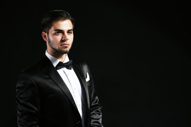 Elegancki mężczyzna w garniturze w ciemności