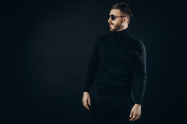 Elegancki mężczyzna w okularach flip