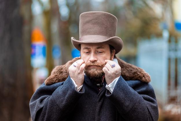 Elegancki mężczyzna w płaszczu i cylindrze