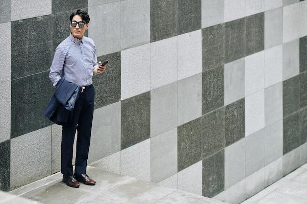 Elegancki mężczyzna ze smartfonem