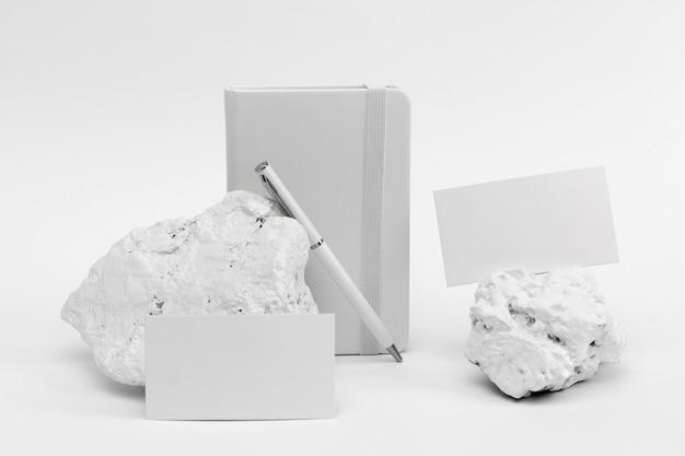 Elegancki, minimalistyczny, biały kamień z papeterią