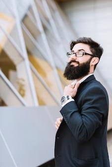 Elegancki młody biznesmen z czarną brodą i wąsy