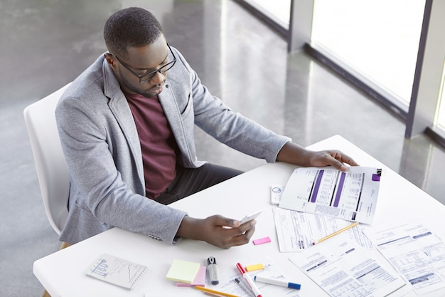 Elegancki młody człowiek pracujący w biurze