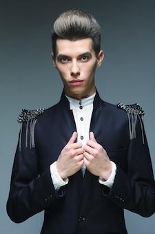 Elegancki, młody, przystojny mężczyzna.