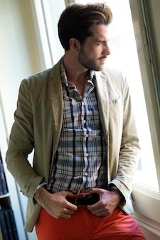 Elegancki młody przystojny mężczyzna.