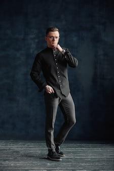 Elegancki młody przystojny nowoczesny mężczyzna