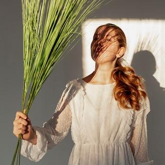 Elegancki model pozuje z rośliną
