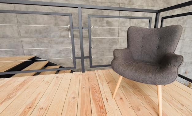 Elegancki nowoczesny fotel na drewnianym stojaku