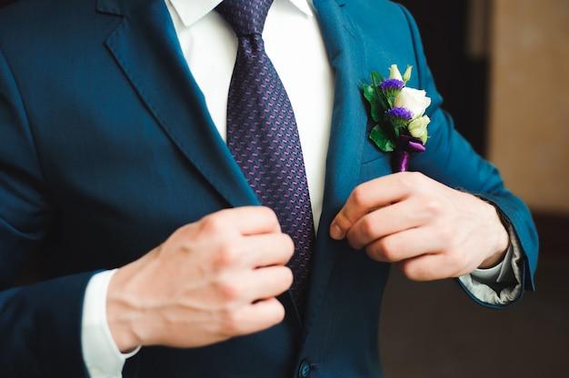 Elegancki pan młody ubrany smoking ślubny kostium czeka na pannę młodą