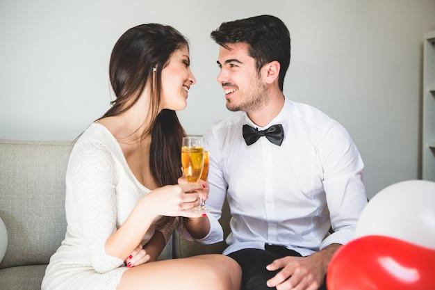 Elegancki para opiekania i uśmiechając się do siebie nawzajem twarz
