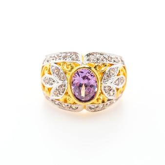 Elegancki pierścionek z fioletowym kamień