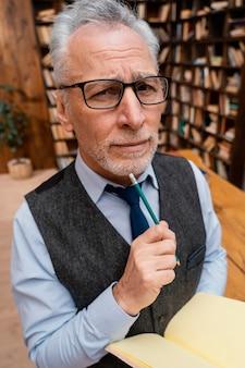 Elegancki portret starego człowieka