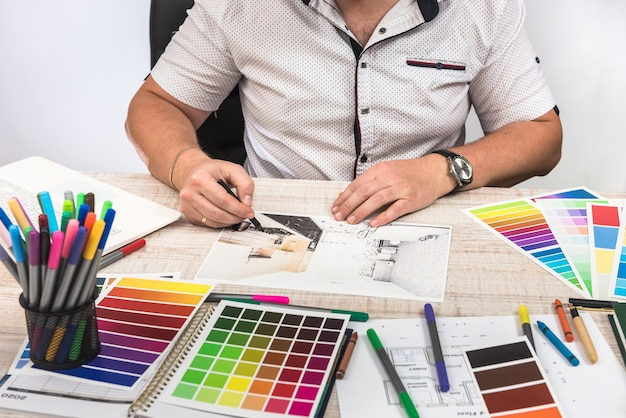 Elegancki projektant dobierający kolor do malowania ścian wymarzonej dekoracji mieszkania