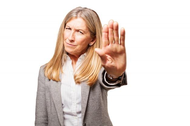 Elegancki starszy kobieta z wyciągniętą ręką