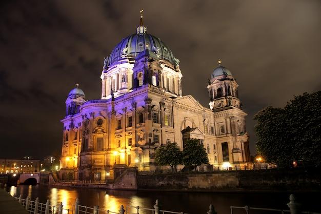 Elegancki stary budynek nad rzeką