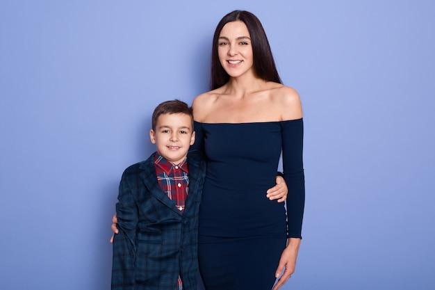 Elegancki syn matka pozuje na purpurach